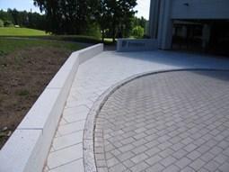betonikivien saumaus ja tiivistäminen täryttämällä