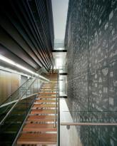 Graafinen betoni julkisen rakennuksen sisääntuloaulassa.