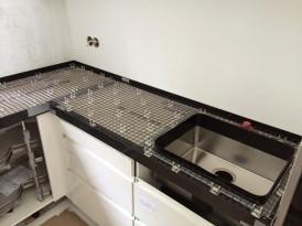 Betonitasoja voidaan tehdä myös paikalla valettuina, jolloin vältytään saumoilta. Tee-se-itse rakentajille on saatavilla työohjeet ja tarvikepaketteja työtasojen yms. tekemiseen. Kuvassa keittiötason valumuotti, raudoitteet ja allas ruostumattomasta teräksestä asennettuna ennen tason valua.