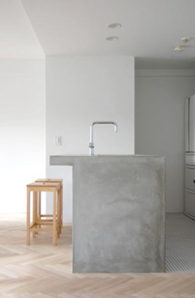 Kylpyhuoneen kaappi ja lavuaaari betonista.