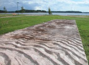 """Laiturit (2007), Merja Salonen (osa kolmen """"laiturin"""" betoniteosta)  Nimetön (2003), Päivi Kiuru ja Samuli Naamanka. Kuva: Päivi Kiuru"""