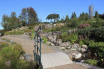 Joesta pumpattava vesi kiertää ylätason isokokoisen Alkulähteet -taideteoksen kautta puroputoukseen, puiston keskellä olevaan isoon lummelampeen ja puroja pitkin takaisin jokeen. (kuva: Sirkka Saarinen)
